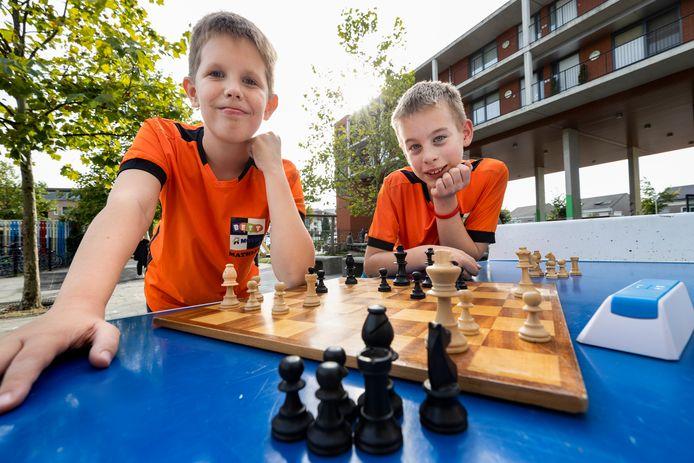 Casper en Mathijs (L) doen mee aan het NK Schaken dat het komend weekend in Best gehouden wordt