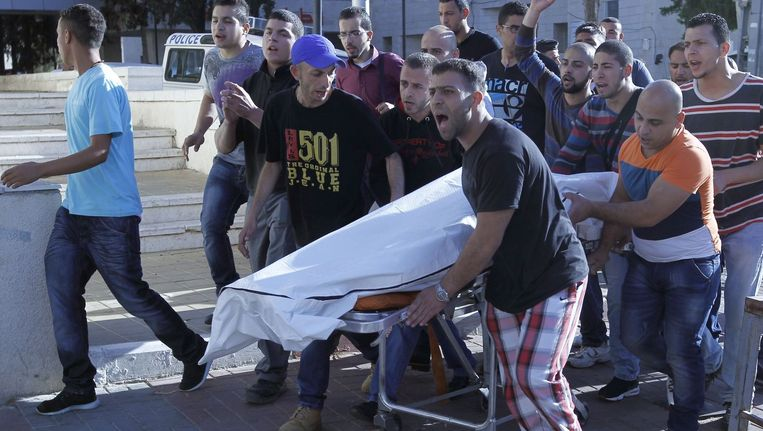 Het lichaam van een neergeschoten man wordt naar het ziekenhuis gebracht in Ramallah. Beeld afp