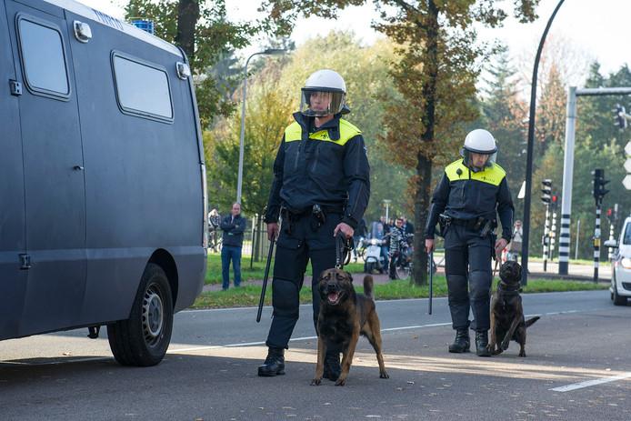Er zal zondag extra politie op de been zijn om mogelijke demonstraties in de kiem te smoren.