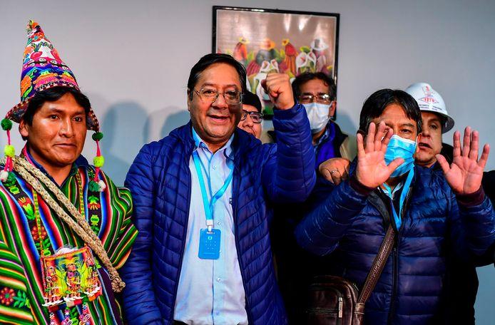 Luis Arce (centraal op de foto) viert de overwinning met zijn medestanders.