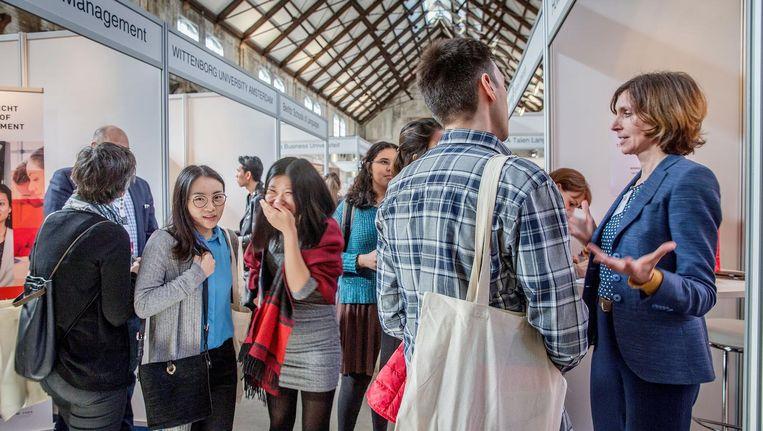Expats en lokale bedrijven ontmoeten elkaar op de IamExpat Fair in de Westergasfabriek. Beeld Jean-Pierre Jans