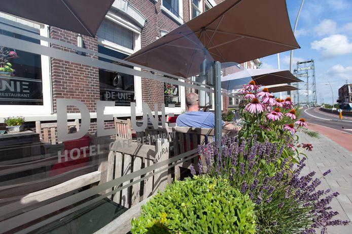 Het terras van hotel De Unie in Waddinxveen op archiefbeeld.