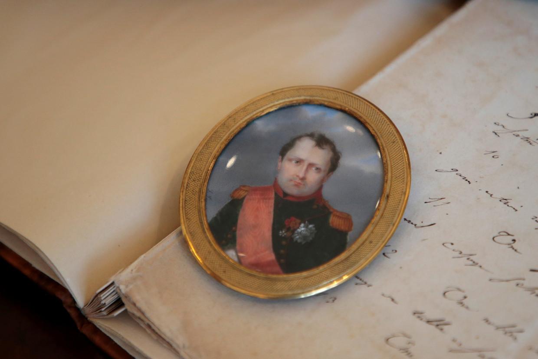 Miniatuurportret van Napoleon in het uniform van de cavalerie van de Keizerlijke garde, geschilderd door  Aubert-Henri Joseph Parent.