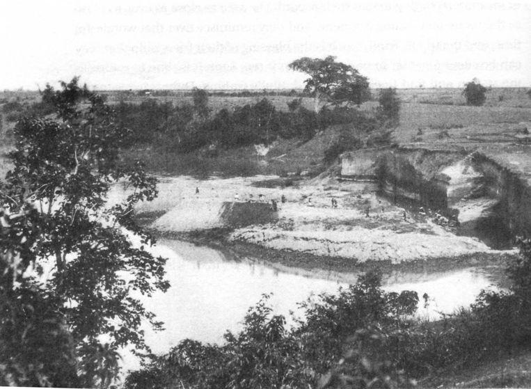 De afgraving aan de oevers van de Solo in Trinil (1894), waar de botten door Eugène Dubois zijn gevonden. De foto is gemaakt door Dubois. copyright Naturalis Beeld TRBEELD