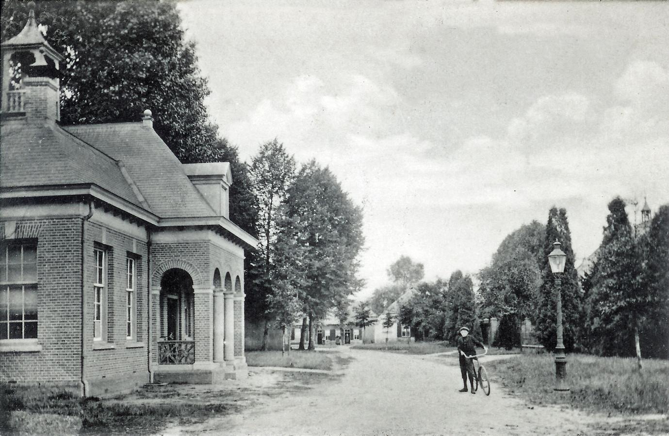 """""""Niet het eerste, maar het tweede (voormalige) raadhuis van Tongelre. Dat in 1911 werd gebouwd, ondanks dat toen al duidelijk was dat samenvoeging met Eindhoven eraan kwam.  De voornaamste reden hiervoor was die volle gemeentekas. De lokale bestuurders wilden niet dat die integraal aan het grote Eindhoven overgedragen werd, dus besloten ze de aanwezige middelen in het nieuwe raadhuis te steken. Het gebouw is dus maar 9 jaar gemeentehuis geweest, tot 1920. Daarna heeft het verschillende functies gehad. Zo diende het tijdelijk als onderkomen voor de agrarische school. Bij de bevrijding in 1944 was het hoofdkwartier van de verzetsbeweging P.A.N. (Partizanen Actie Nederland). Vanaf 1957 is het een buurthuis."""" Rob"""