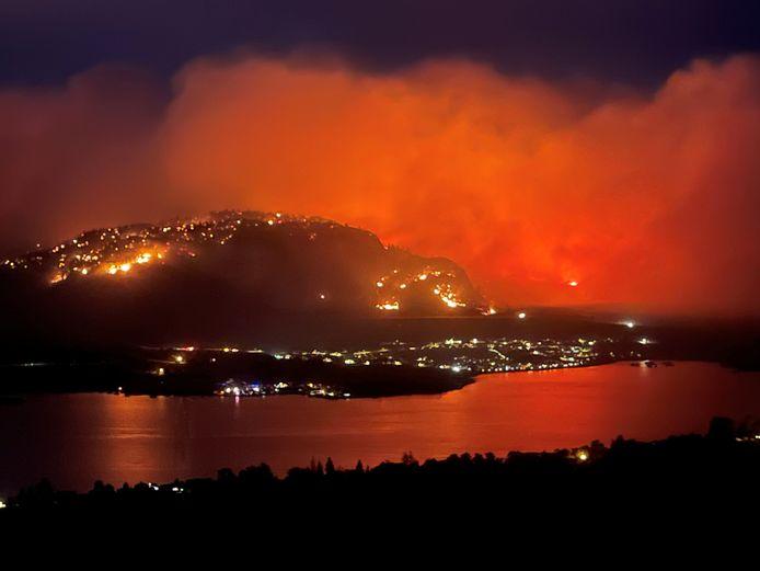 Oranjegekleurde rookwolke stijgen op vanaf een bosbrand bij de stad Osoyoos in de Canadese provincie British Columbia.