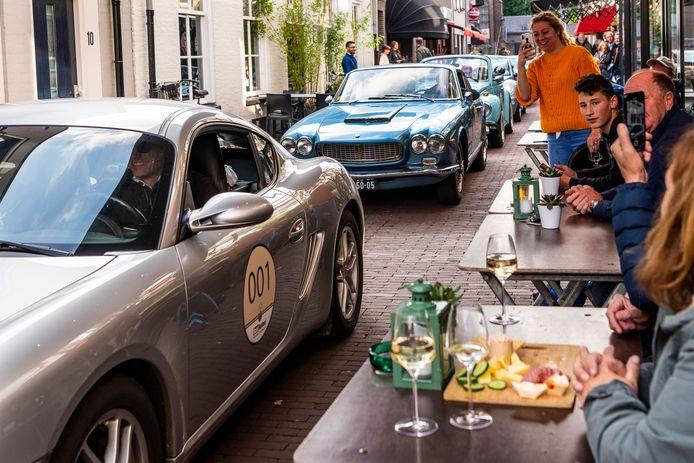 Tijdens de eerste editie van de Wolf Rally reed de stoet auto's door de smalle Peperstraat in Oss.