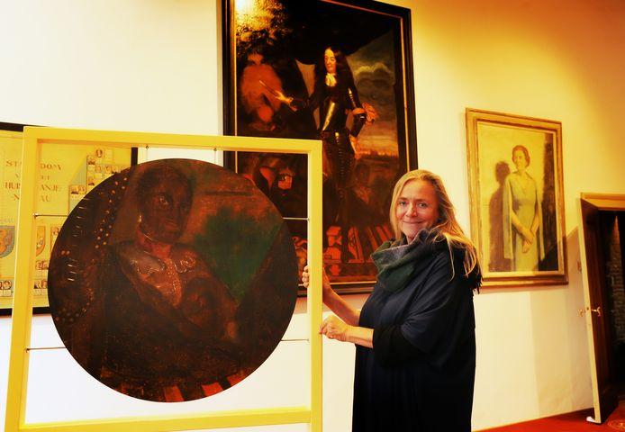 Directeur Veronica Frenks van Museum Veere met Jan van Dam. Op de achtergrond het portret van Willem III waarop Jan van Dam in de schaduw van de stadhouder zit.