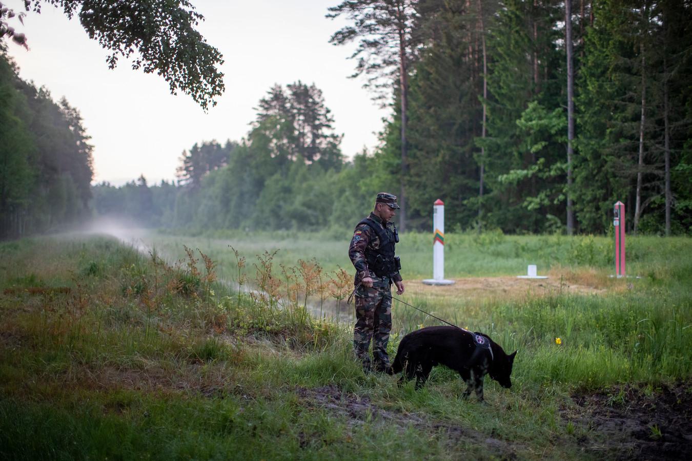 De Litouwse grenspolitie patrouilleert langs de grens met Belarus.
