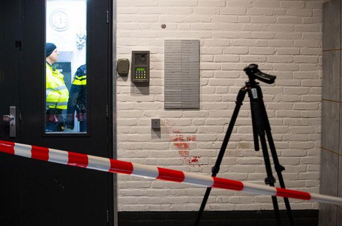 De sporen van een steekpartij vannacht in een flat in Zwolle.