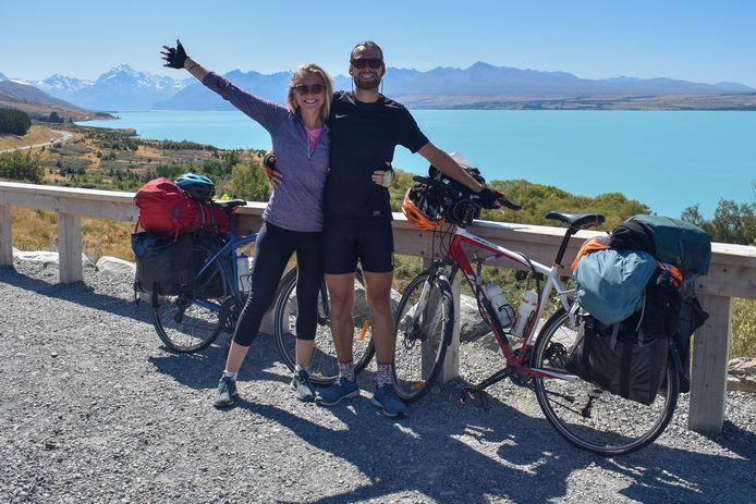 Edwin Veerman en Kristi Seaby tijdens hun fietstocht door Nieuw-Zeeland - foto van hun Instagram pagina @whatthe_bike.