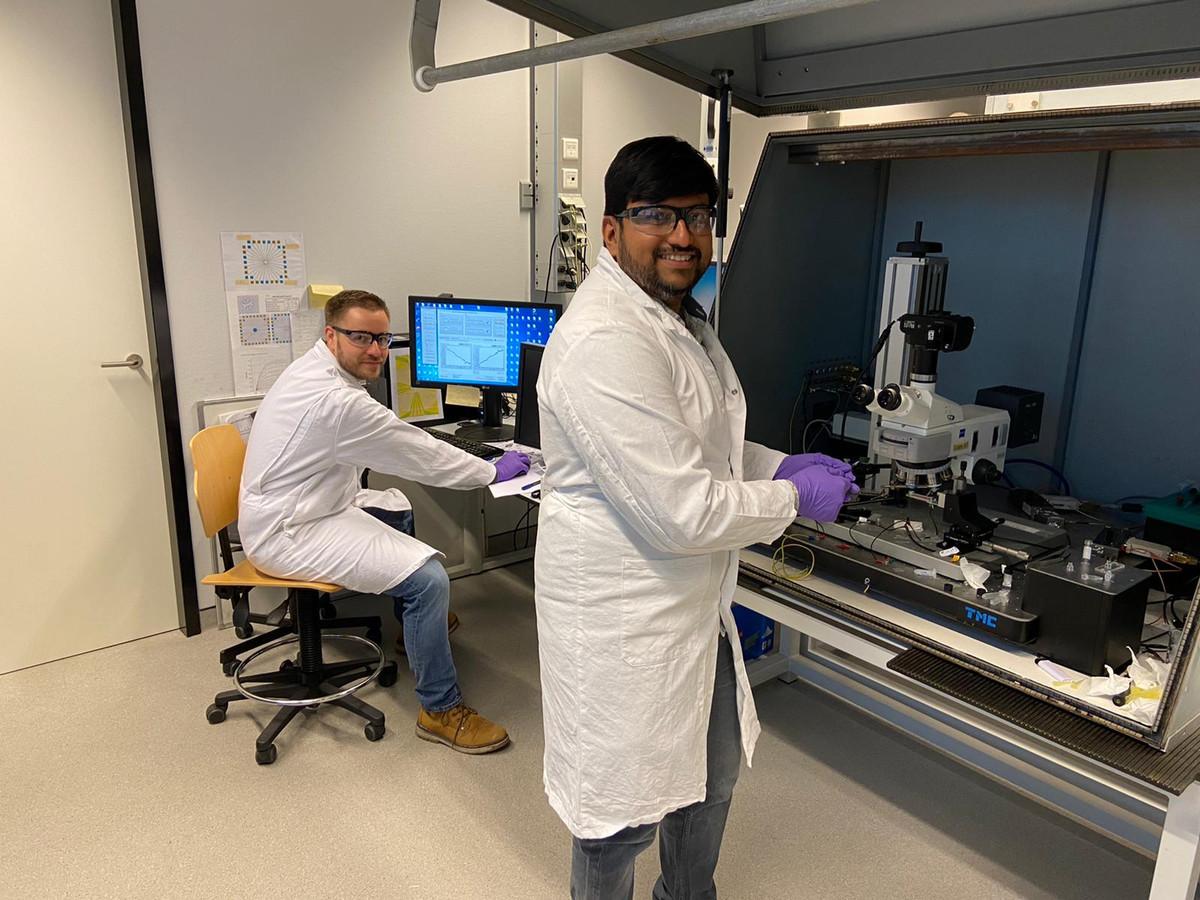 Pepijn Beekman (links) en Mathew, partners in ECsens, aan het werk in het lab.
