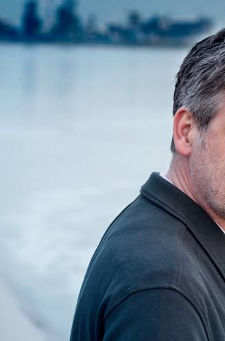 """Acteur en presentator Johan Terryn (52) over rouwen tijdens corona: """"Zoveel tijd en ruimte voor afscheid, ik kon er niet van weglopen"""""""