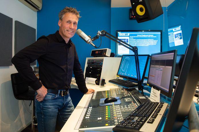 Aswin Joore in de studio van SLOG in Raamsdonksveer. Naast radiopresentator is hij ook DJ en geluidsman bij talloze evenementen.