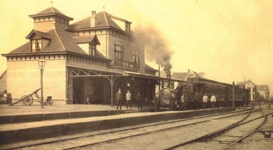 Het station in Barneveld met de stoomtrein voor het perron.