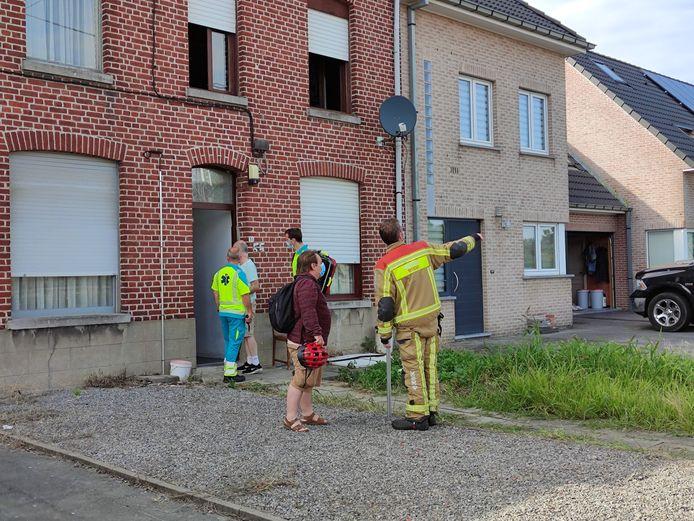 De bewoner kon het vuur zelf blussen. Ook waarnemend burgemeester Patrick Roose (Vooruit) kwam ter plaatse om zich van de situatie te vergewissen.