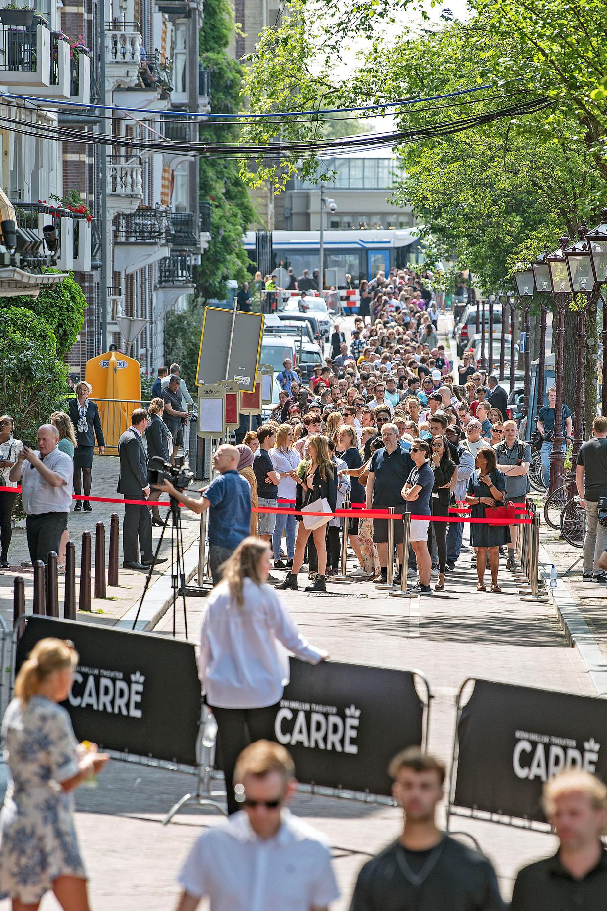 Een lange rij voor Carré.  Beeld Guus Dubbelman / de Volkskrant