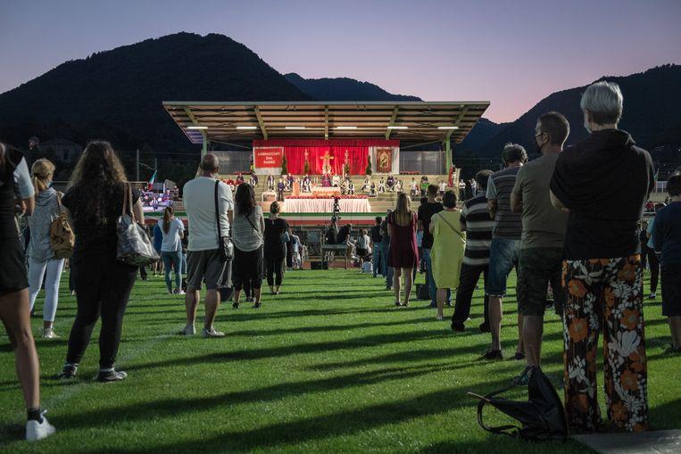 Op het lokale sportveld in het Italiaans dorpje Seriana, in de provincie Bergamo, werd afgelopen juni een misviering georganiseerd voor de nabestaanden van de covidslachtoffers. Beeld NurPhoto via Getty Images