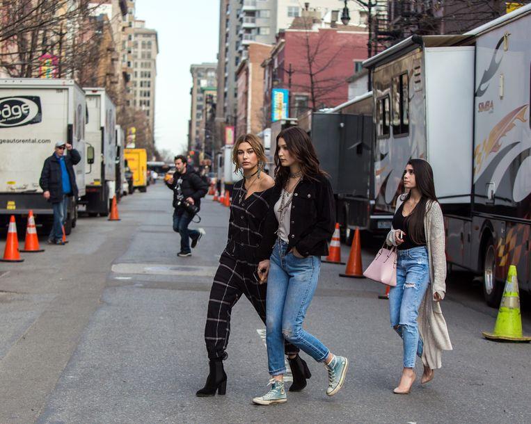 """Modellen en hartsvriendinnen Hailey Bieber (l) en Bella Hadid zijn op straat in New York aangeschoten wild voor fotografen. """"Deze mensen verdienen elke dag geld aan ons.  Ze stalken ons legaal voor helemaal niets bijzonders."""" Beeld GC Images"""