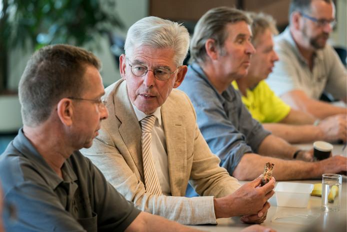 Jan Pommer luncht mee met de mannen van de buitendienst van Sint-Michielsgestel .