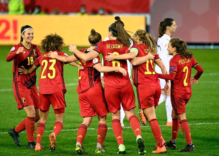 De Red Flames vieren hun kwalificatie voor het EK in 2022 na een zege tegen Zwitserland. Beeld Photo News