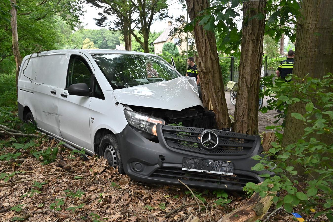 Een pakketbezorger is donderdagmiddag rond 13.20 uur met zijn bus tegen een boom gereden op de Zandspui in Etten-Leur. De auto heeft flinke blikschade opgelopen.