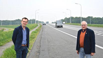 """Na aangetekende brief geen vrachtwagens met een Litouwse nummerplaat aan de op- en afrit van de A19, """"de chauffeurs lieten massa's zwerfvuil achter, er stonden vrachtwagens op het fietspad"""""""