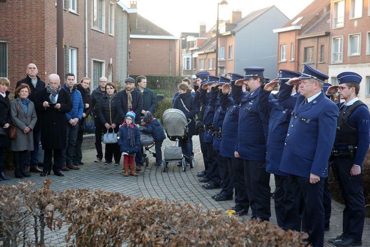 Peter Vanstalle en zijn collega's salueren tijdens een plechtigheid aan het gedenkteken van Kitty Van Nieuwhuysen enkele jaren geleden in Lot.