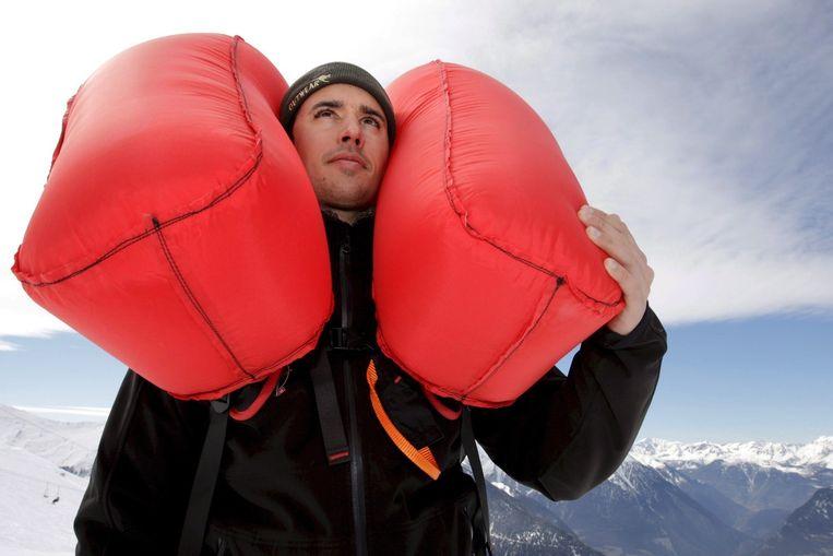De Zwitser Pierre-Yves Guernier demonstreet een airbag. Beeld EPA