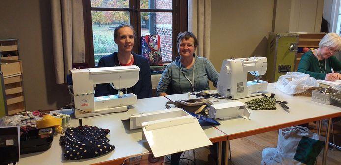 Liesbeth Stryckens (links) en Els Saey (rechts) herstelden kledij in het repaircafé.