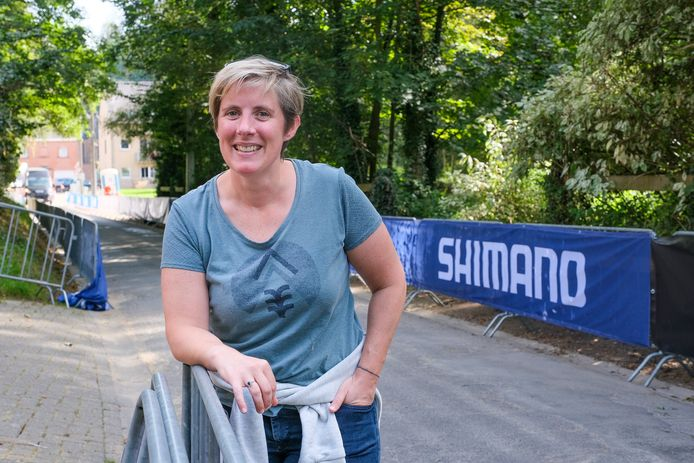 Hélène Dhondt is helemaal klaar voor het WK wielrennen. Komende zondag passeren de renners voor haar deur in de Bekestraat in Overijse. Met vrienden zal ze de koers vanop de eerste rij volgen