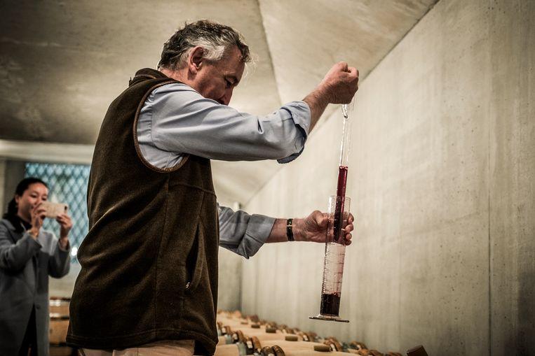Jacques Thienpont neemt een staal wijn. Beeld Diego Franssens