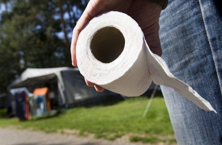 Kamperen op een Nederlandse camping. Met de toiletrol op pad. Beeld anp