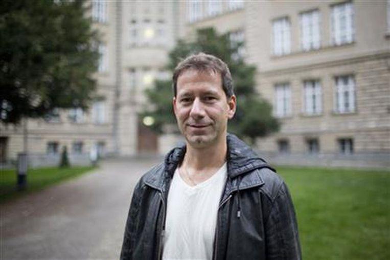 Kai Feller voor de prestigieuze school waar hij in 1988 werd weggestuurd nadat medescholieren hem als een 'verrader' en 'pacifist' hadden veroordeeld. Beeld AP