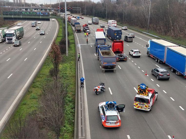 Drie rijstroken  op de Antwerpse Ring zijn versperd als gevolg van een botsing tussen drie vrachtwagens en drie auto's.