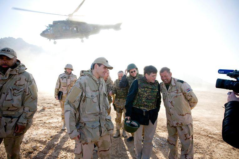 Toenmalige premier Balkenende op bezoek bij de Nederlandse troepen in Afghanistan in Uruzgan.  Beeld