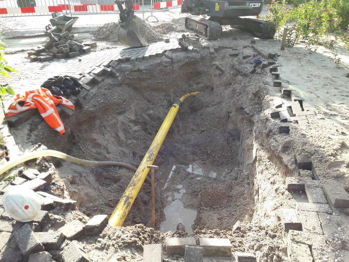 Het gapende dat aan de Spinnersdonk, waar een auto vrijwel in verdween.