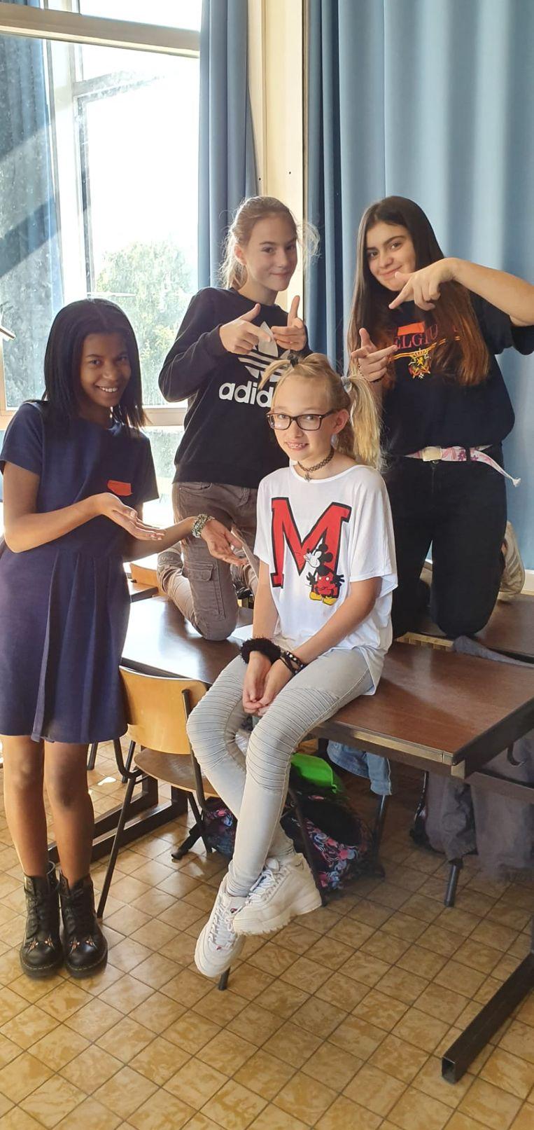 Eerste schooldag op het GO! Atheneum Denderleeuw. Enkele leerlingen maken een gek kapsel.