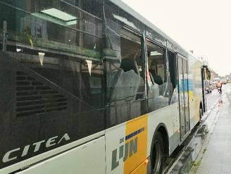 Auto wordt na botsing met lijnbus gekatapulteerd op ander rijvak: 3 mensen naar ziekenhuis overgebracht