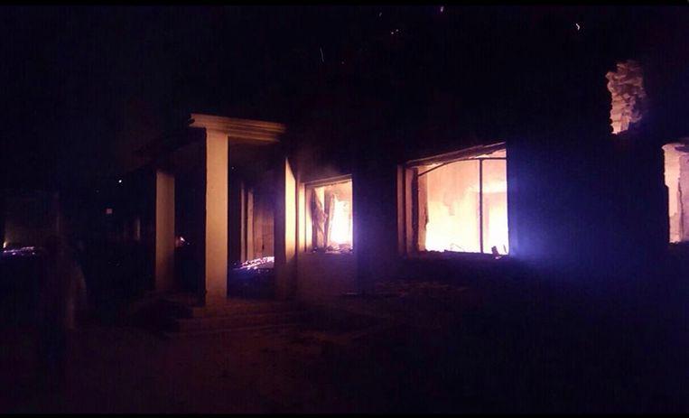 De trauma-afdeling staat in brand na te zijn getroffen bij de luchtaanval. Mogelijk is een C-130 van de Amerikaanse luchtmacht verantwoordelijk voor de aanval. Beeld AP