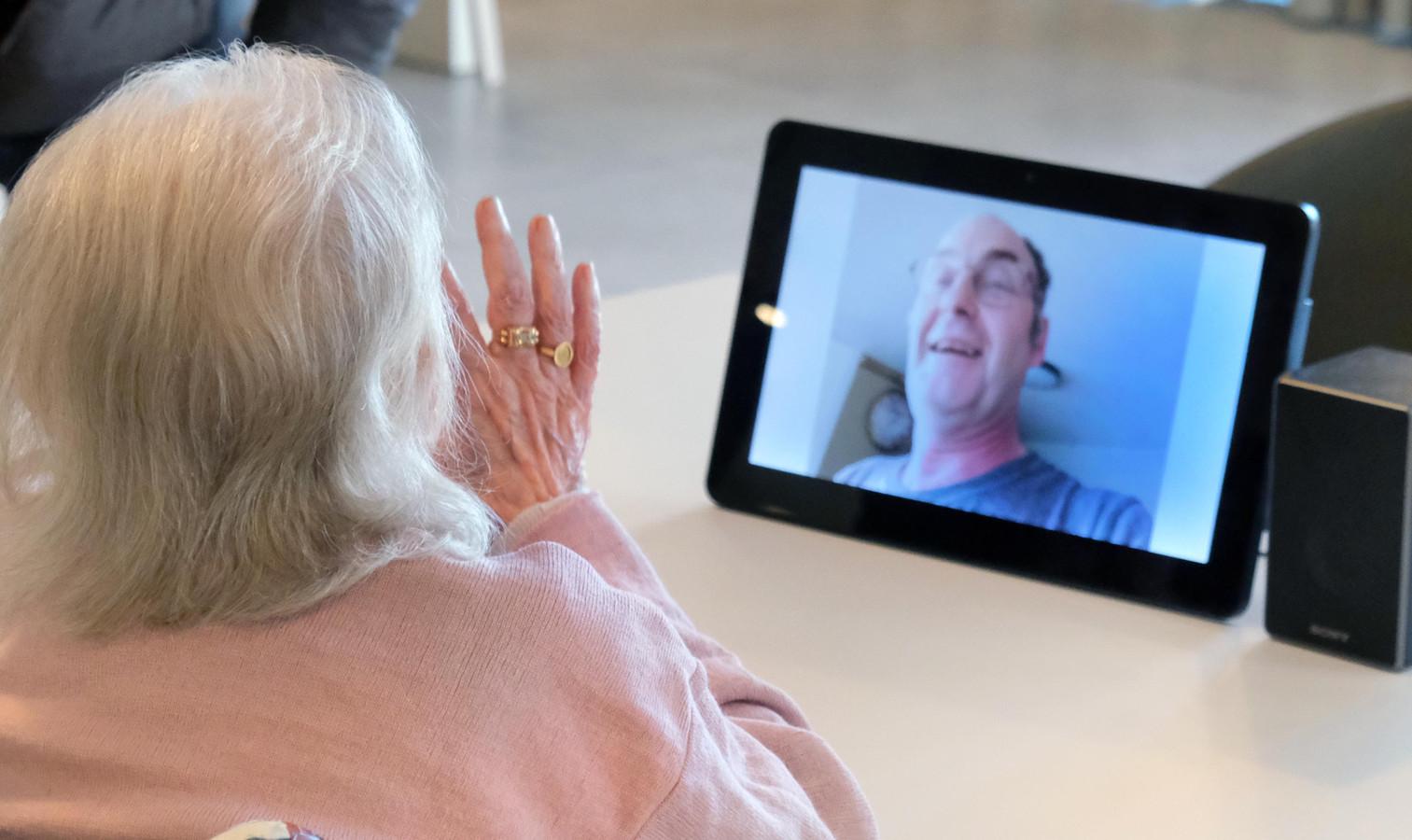 Inbellen gebeurt via een app op smartphone. Zo nam Geert Carette contact op met zijn mama.