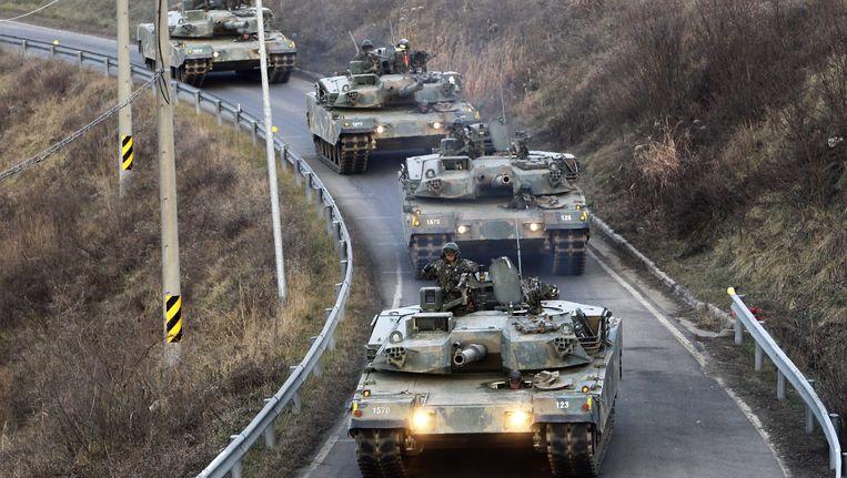Zuid-Koreaanse tanks rijden richting de grens met Noord-Korea. Beeld epa