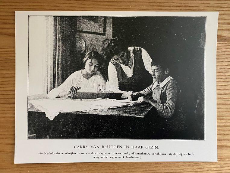 Carry van Bruggen met haar kinderen vlak voor de verschijning van Prometheus, 1919. Beeld