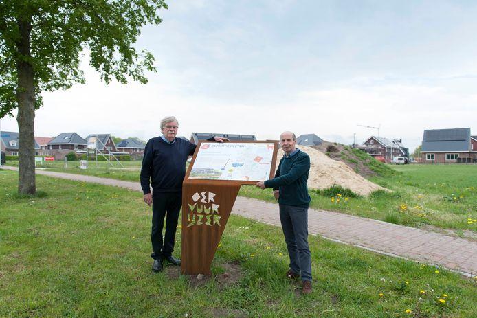 Dominique Doedens en Jan Regelink bij een van de vijf informatieborden die bij de historische plekken in Heeten staan.