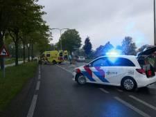 Fietser gewond na ernstig ongeluk met auto in Losser, weg afgesloten
