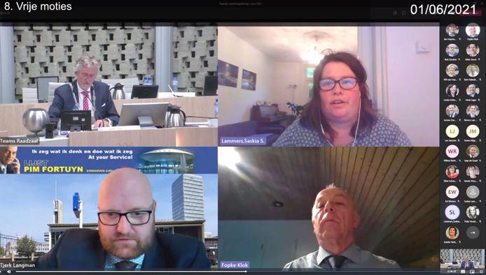 Een raadsvergadering van Eindhoven via het computerscherm met links boven burgemeester John Jorritsma en daaronder Tjerk Langman.