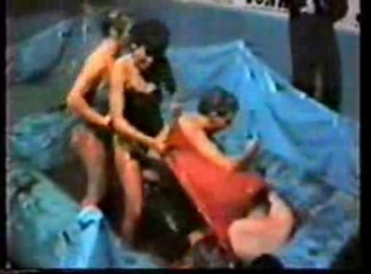 Op de beelden is te zien hoe Jean Bultot, in de jaren tachtig directeur van de gevangenis van Sint-Gillis, eerst in de Brusselse club Jonathan staat te dansen en vervolgens in een bad vol confituur getrokken wordt door naakte dames. De Jonathan werd gefrequenteerd door zakenlieden, gangsters, magistraten en politiemensen en werd uitgebaat door een extreem rechtse militant. Het filmpje is niet langer op YouTube te bekijken. Beeld UNKNOWN