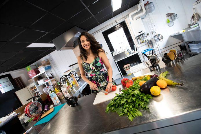 Suri Montoya is Cubaanse. Voor de liefde is ze naar Enschede verhuisd. Ze kookt nu authentiek Cubaans onder de noemer Cubalicious in een zogenoemde dark kitchen: je kunt er alleen afhalen of eten laten bezorgen.