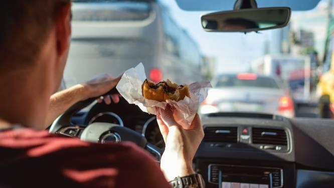 Met deze tip knoei jij nooit meer met fastfood in de auto