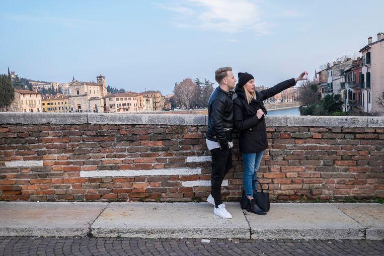 Op de foto op een brug in Verona. Beeld Getty Images